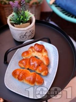 Бързи и лесни пухкави домашни кифлички с кисело мляко, сирене, кашкавал и суха мая - снимка на рецептата